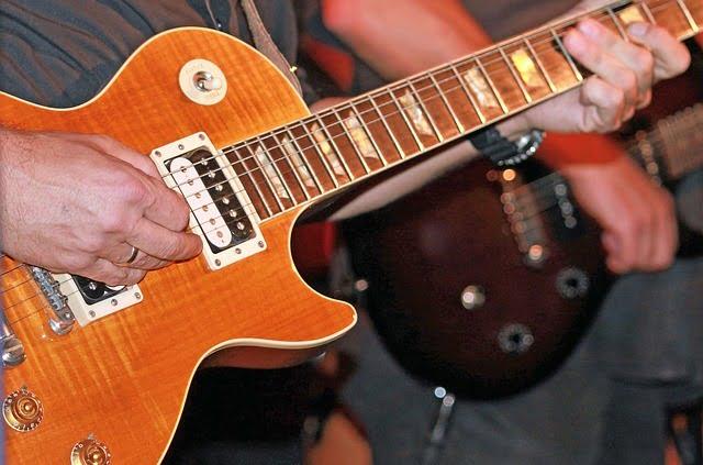 Tocar guitarra eléctrica Gibson Les Paul